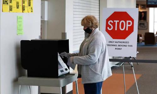 Deborah Watts votes at the Warren City Hall